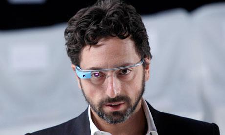 Zalożyciel Google, Sergiej Brin w okularach Google Glass w trakcie New York Fashion Week